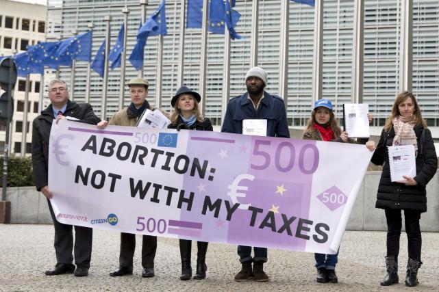 Quelques manifestants pro-vie se sont affichés devant les... (AP, Virginia Mayo)