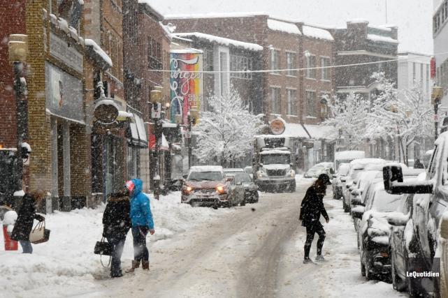 La circulation était passablement difficile sur la rue... (Photo Le Quotidien, Michel Tremblay)
