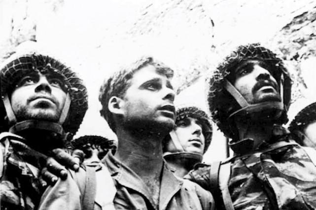 Cette photo de David Rubinger, montrant des parachutistes... (Archives AP)