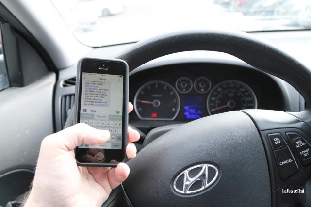 Les distractions au volant, comme l'utilisation du cellulaire,... (Janick Marois, La Voix de l'Est)