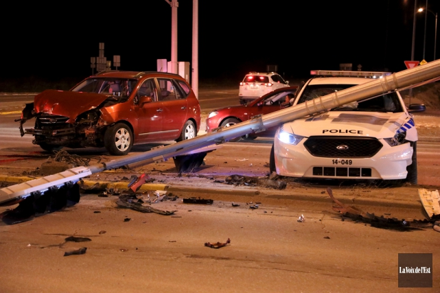 Lors de l'impact, survenu vers 19h10 à l'intersection... (Catherine Trudeau, La Voix de l'Est)