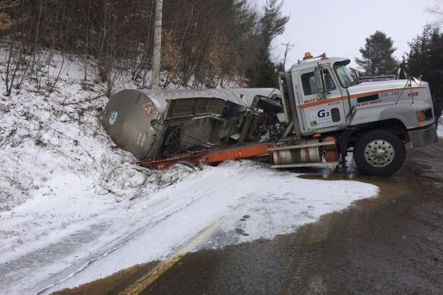Le camion-citerne a passé de longues heures dans... (Photo fournie)