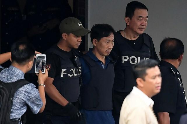Ri Jong Chol (au centre)est l'un des huit... (PHOTO MOHD RASFAN, AGENCE FRANCE-PRESSE)