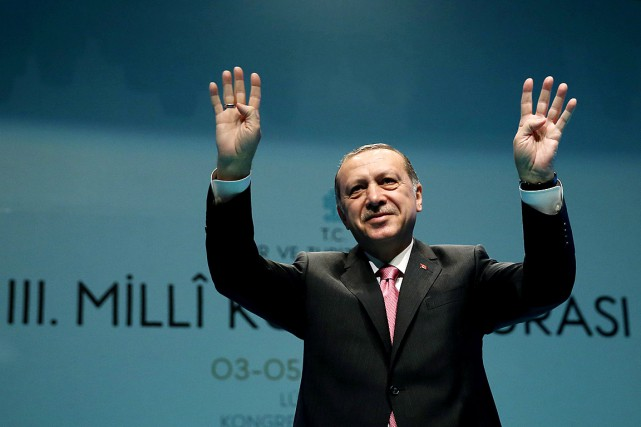Le président turc Recep Tayyip Erdogan salue les... (PHOTO REUTERS/FOURNIE PAR LE PALAIS PRÉSIDENTIEL TURC)