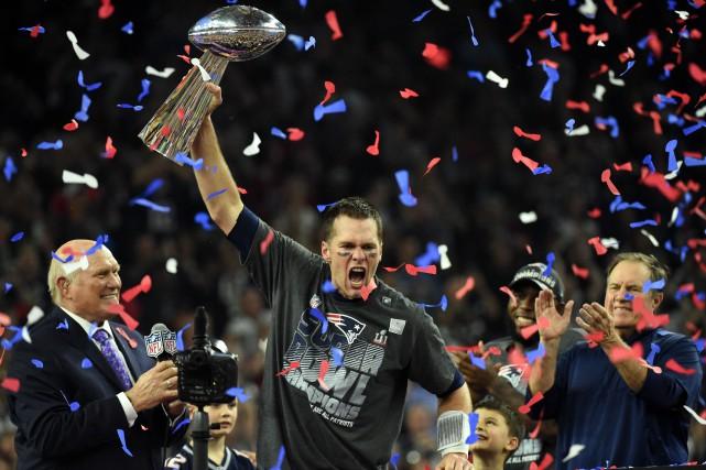 Tom Brady lève le trophée Lombardi après la... (Photo Timothy A. CLARY, archives agence France-Presse)