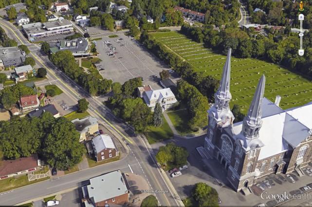Enveloppé d'arbres, le presbytère de la paroisse Notre-Dame-de-L'Annonciation... (Google Earth)