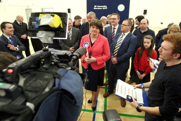 Arlene Foster répond aux questions des journalistes à... (Photo Paul FAITH, AFP)
