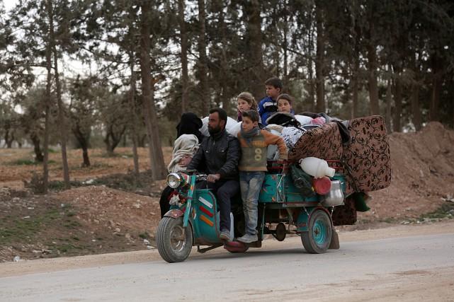 Une famille syrienne quitte la ville d'al-Bab, au... (Photo Khalil Ashawi, archives REUTERS)