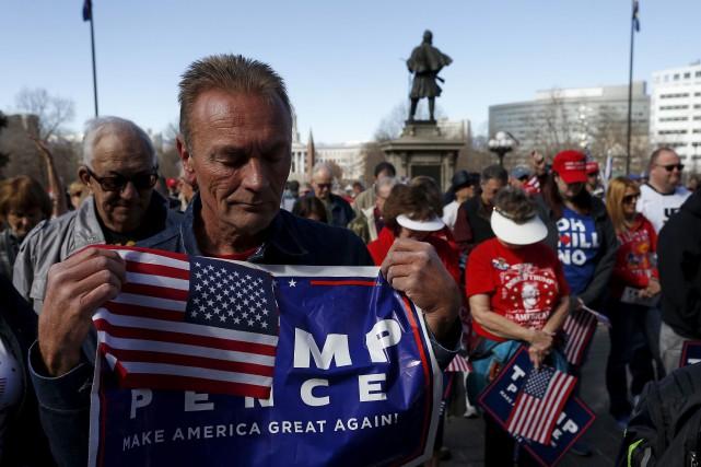 À Denver, plusieurs centaines de partisans de Donald... (AP, Brennan Linsley)