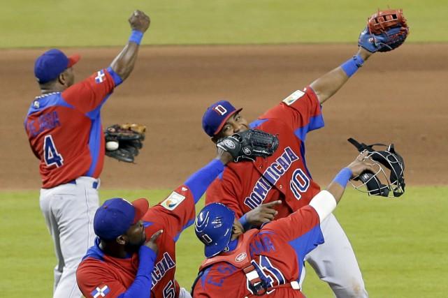 Les Dominicains célèbrent leur victoire contre les États-Unis... (Archives AP)