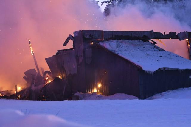 Lors de l'arrivée des pompiers, l'incendie dans l'ancienne... (Le Progrès-Dimanche, Michel Tremblay)