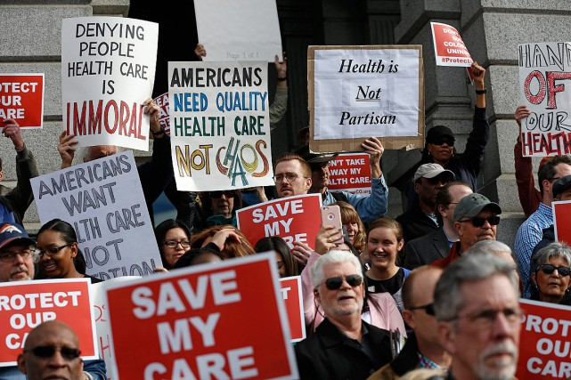 Des partisans d'Obamacare se sont réunis pour manifester... (PHOTO Brennan Linsley, ARCHIVES ASSOCIATED PRESS)