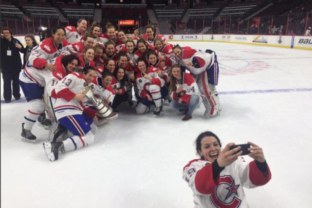 Les Canadiennes de Montréal avec le précieux trophée.... (Photo tirée du compte Twitter de la LCHF)