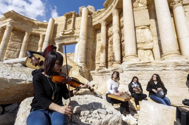 Des musiciens jouent sur la scène du théâtre... (AFP, Louai Beshara)