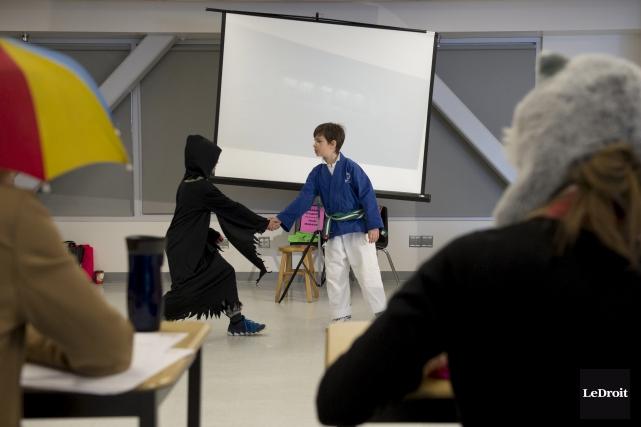 Des élèves jouant une pièce de théâtre lors... (Martin Roy, Le Droit)