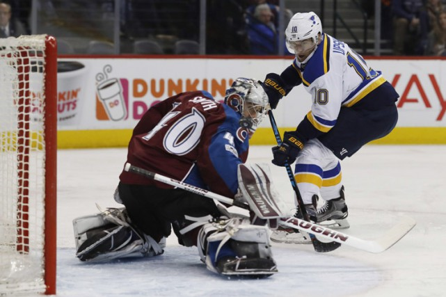 Paul Stastny a marqué son premier but contre son ancienne équipe, Jake Allen a... (PHOTO AP)