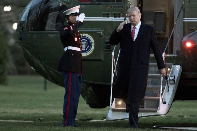 Le président américain Donald Trump salue un soldat... (AP, Manuel Balce Ceneta)