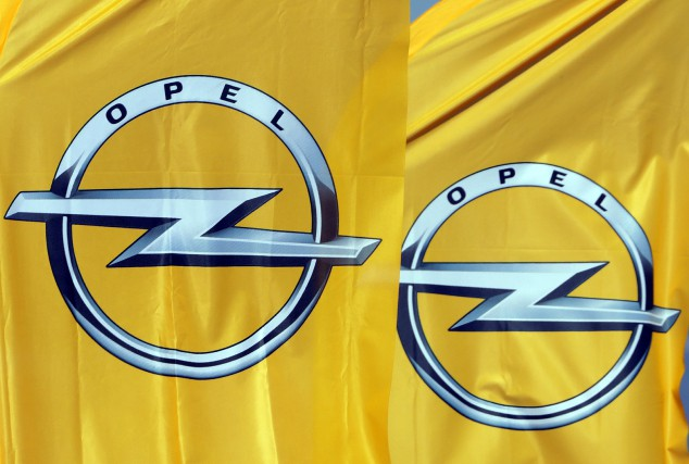 L'emblème d'Opel vu sur deux bannières, à la... (Photo REUTERS)