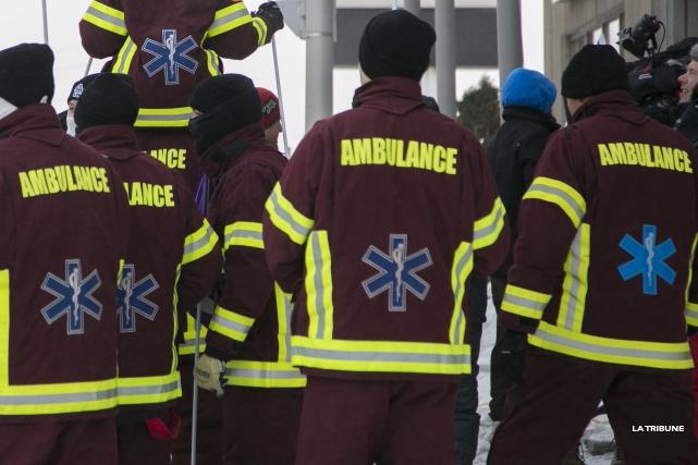 Des ambulanciers de Windsor, membres de la Fédération des employés du... (Archives La Tribune, René Marquis)