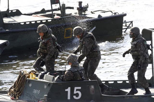 Des soldats sud-coréens mènent un exercice sur larivière... (PHOTO AP)