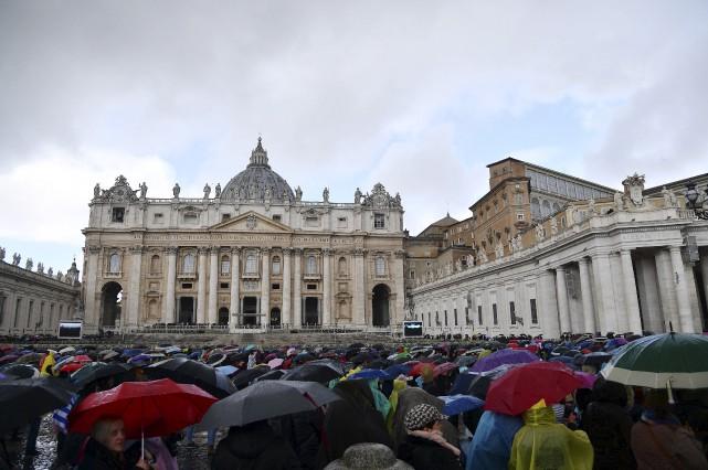 Des fidèles à la Place Saint-Pierre... (AFP, Vincenzo Pinto)