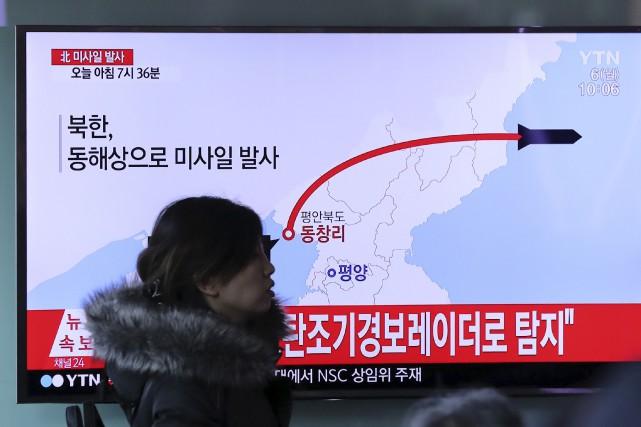 La trajectoire d'un missile lancé par la Corée... (AP, Lee Jin-man)
