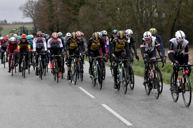 Les cyclistes inscrits au Paris-Nice ont affronté des... (Photo AFP)