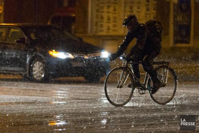 La pluie verglaçante a débuté en soirée sur... (PHOTO OLIVIER JEAN, LA PRESSE)