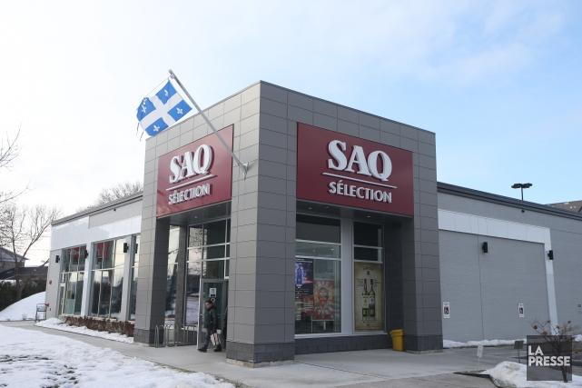 La Société des alcools du Québec (SAQ) ne retirera pas les drapeaux du Québec... (Archives La Presse)