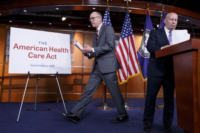 Les républicains Kevin Brady et Greg Walden ont... (AP, J. Scott Applewhite)