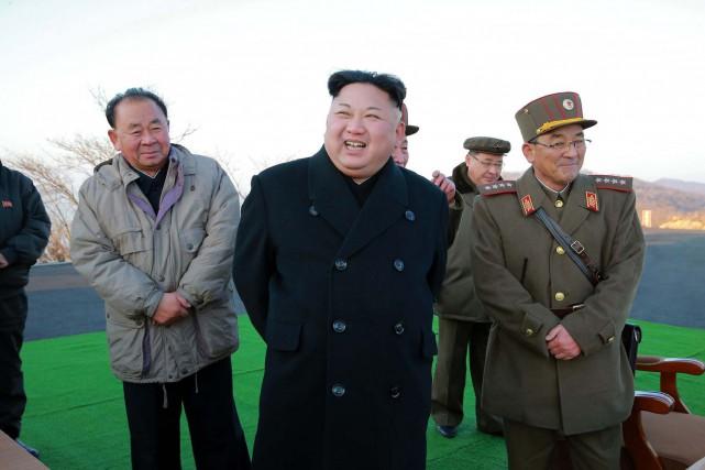 Le leader nord-coréen Kim Jong-Un a supervisé lundi... (PHOTO AGENCE KCNA/AFP)