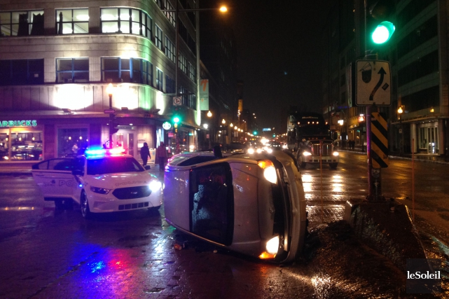 Une voiture s'est retrouvée renversée sur le côté... (Le Soleil, Camille B. Vincent)