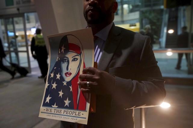 Un manifestant proteste contre le décret migratoire de... (AFP, Sandy Huffaker)