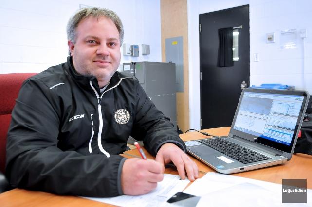 L'entraîneur des Élites, Steve Theriault.... (Archives Le Quotidien, Rocket Lavoie)