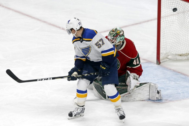 Vladimir Tarasenko et David Perron ont fourni l'attaque et Jake Allen a fait 32... (PHOTO AP)