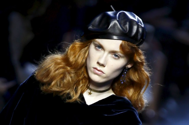 Chez Christian Dior, le béret est en cuir... (AP, François Mori)