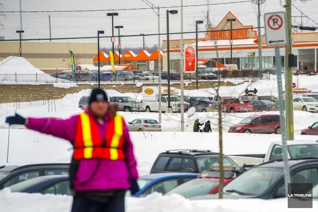 Home Depot a 12 postes à combler à... (Archives La Tribune)