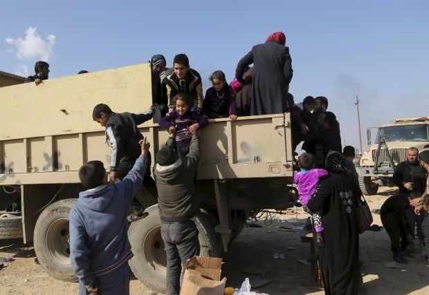 Des civils irakiens sont déplacés après avoir dû... (AP, Khalid Mohammed)