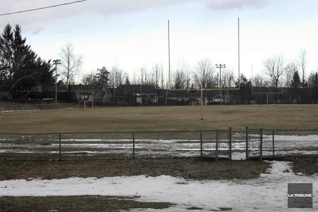 La vieille piste d'athlétisme du Centre sportif Memphrémagog... (La Tribune, Jean-François Gagnon)