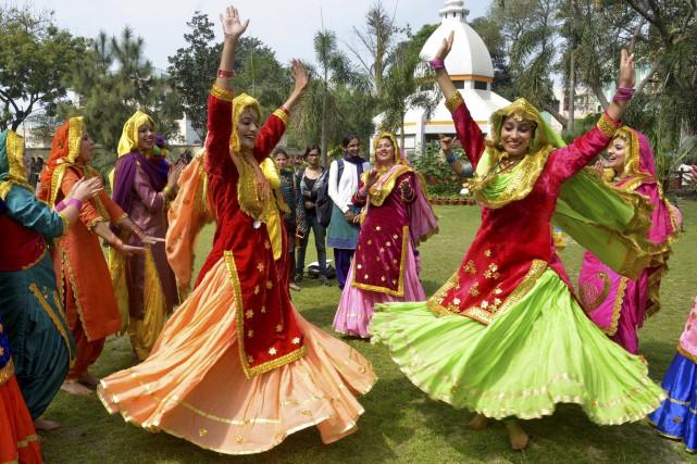 Des femmes indiennes, portant la robe traditionnelle Punjabi,... (AFP, Narinder Nanu)