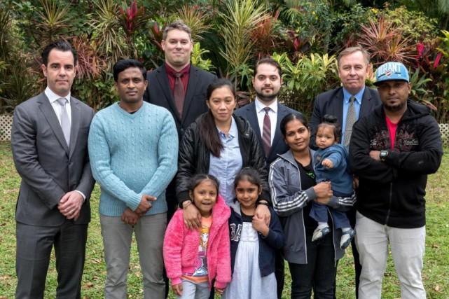 Les Srilankais et leurs avocats canadiens : Francis... (PHOTO FOURNIE PAR JAYNE RUSSELL)
