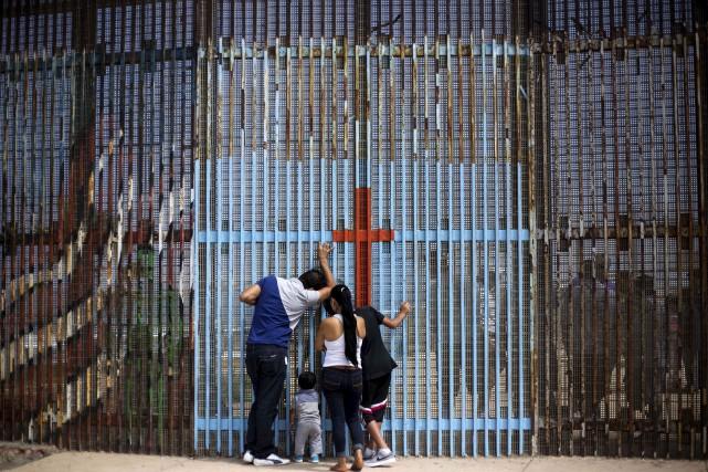 Une famille discute avec les siens, postés de... (Photo archives AFP)