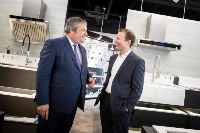 François Deschênes (à droite) est président et chef... (PHOTO MARCO CAMPANOZZI, LA PRESSE)
