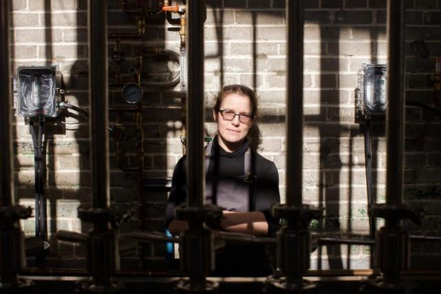 Isabelle Rochette, distillatrice chez Cirka,est la seule femme... (PHOTO OLIVIER PONTBRIAND, LA PRESSE)
