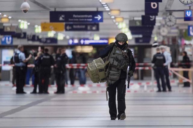Un important dispositif policier a été déployé aux... (PHOTO AFP)