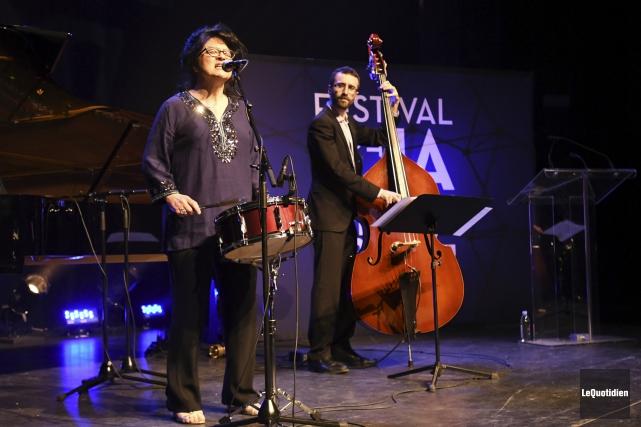 Appuyée par le pianiste Paul Shrofel et le... (Photo Le Quotidien, Michel Tremblay)