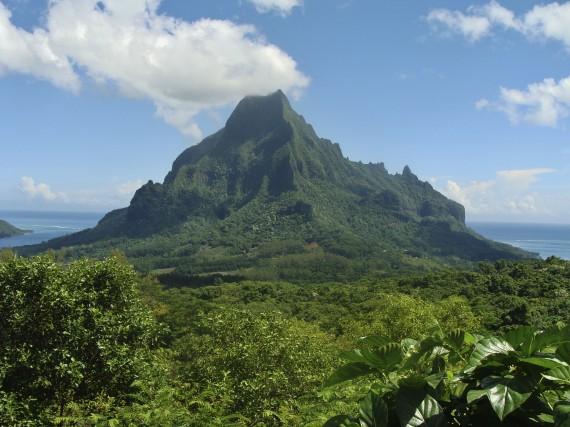 Dans l'île de Moorea, la montagne Rotui monte... (collaboration spéciale, Gilles Fisette)