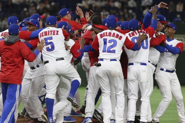 Les joueurs de l'équipe cubaine célèbrent après avoir... (Photo Koji Sasahara, AP)