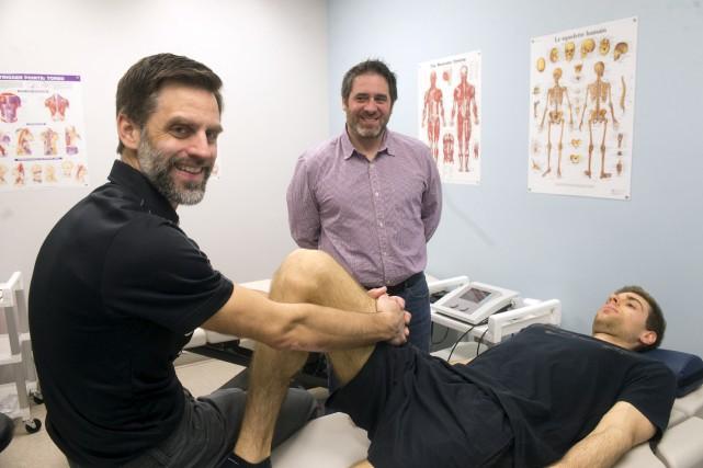 À gauche, Étienne Fallu, thérapeute du sport à... (Stéphane Lessard)