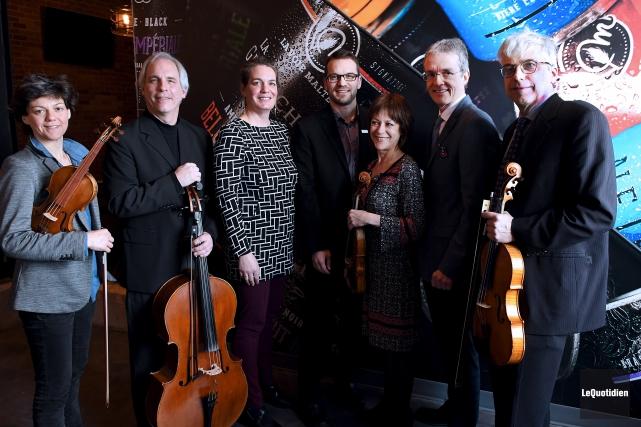 Entourés des membres du Quatuor Saguenay, Christine Boily... (Photo Le Quotidien, Rocket Lavoie)